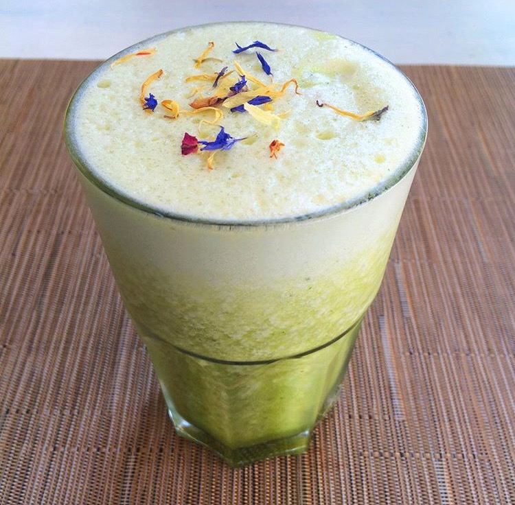 Pineapple, spinach, avocado and ginger smoothie