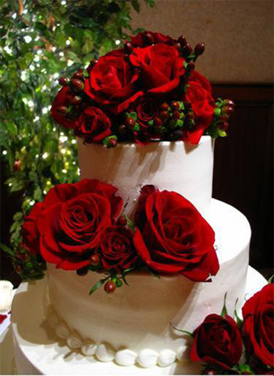 5. Wedding cake with red roses