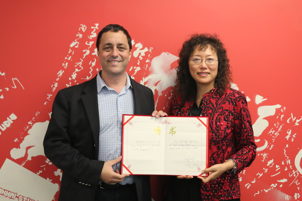 Robert Cain(Left) is given the letter of appointment by Hanhai Studio to be its senior advisor.