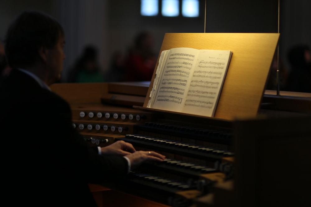 Playing the pipe organ in Hallgrímskirkja