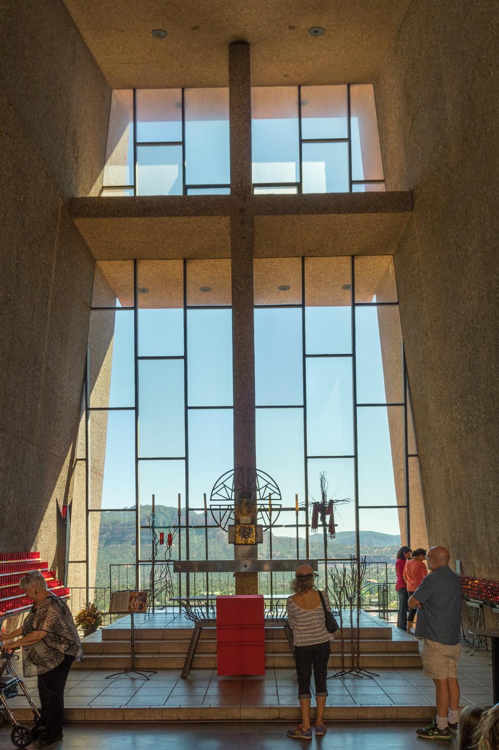 Aus dem Inneren der Kapelle schaut man in die wundervolle Landschaft.