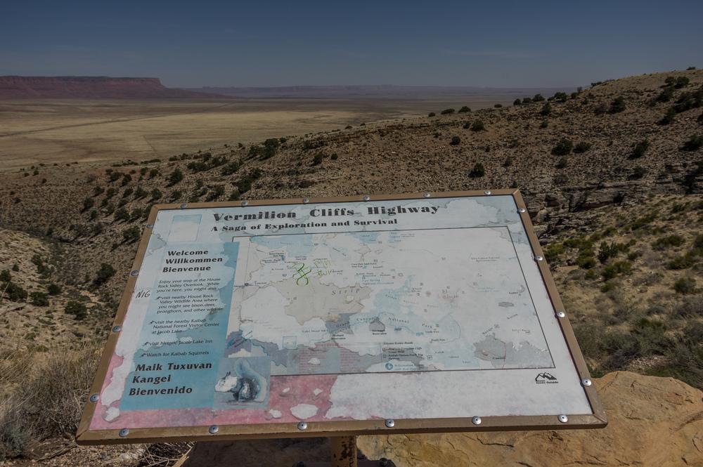 Im Hintergrund sind die bis zu 900m (laut Reiseführer) hohen Vermillion Cliffs zu sehen. Die Ebene ist schlicht gigantisch.