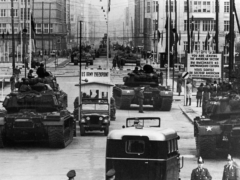 The standoff at Checkpoint Charlie Soviet tanks facing American tanks, 1961 (1).jpg