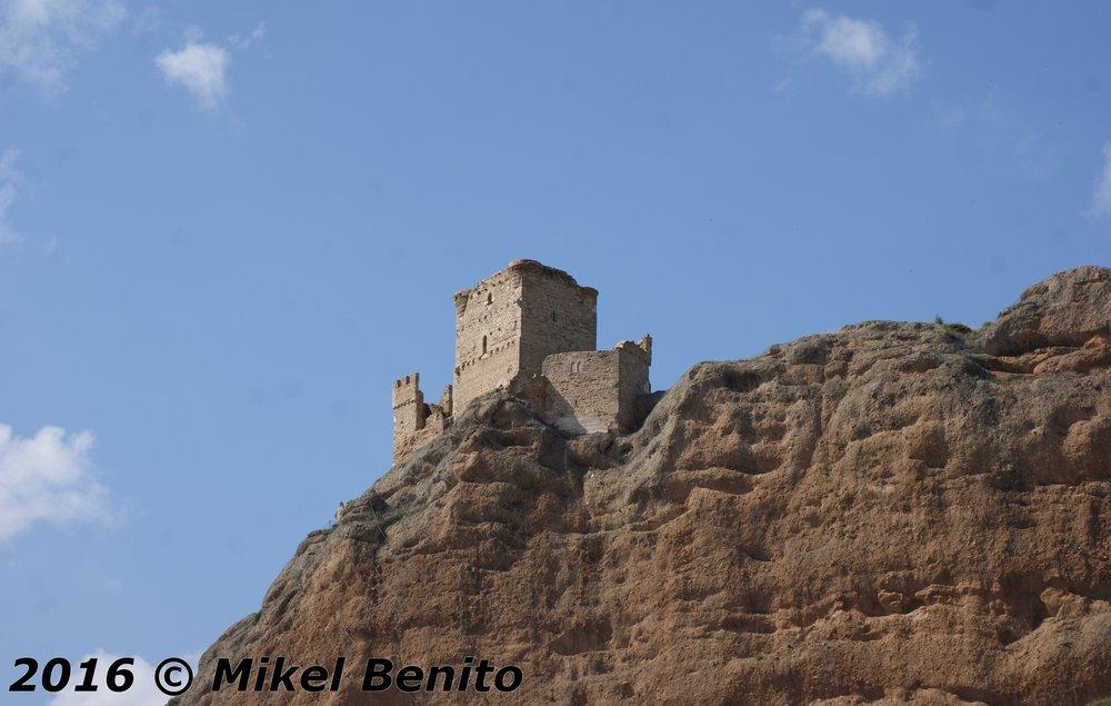 Castillo de Quel visto desde el río Cidacos que discurre por su cercanía. El pueblo se encuentra debajo.