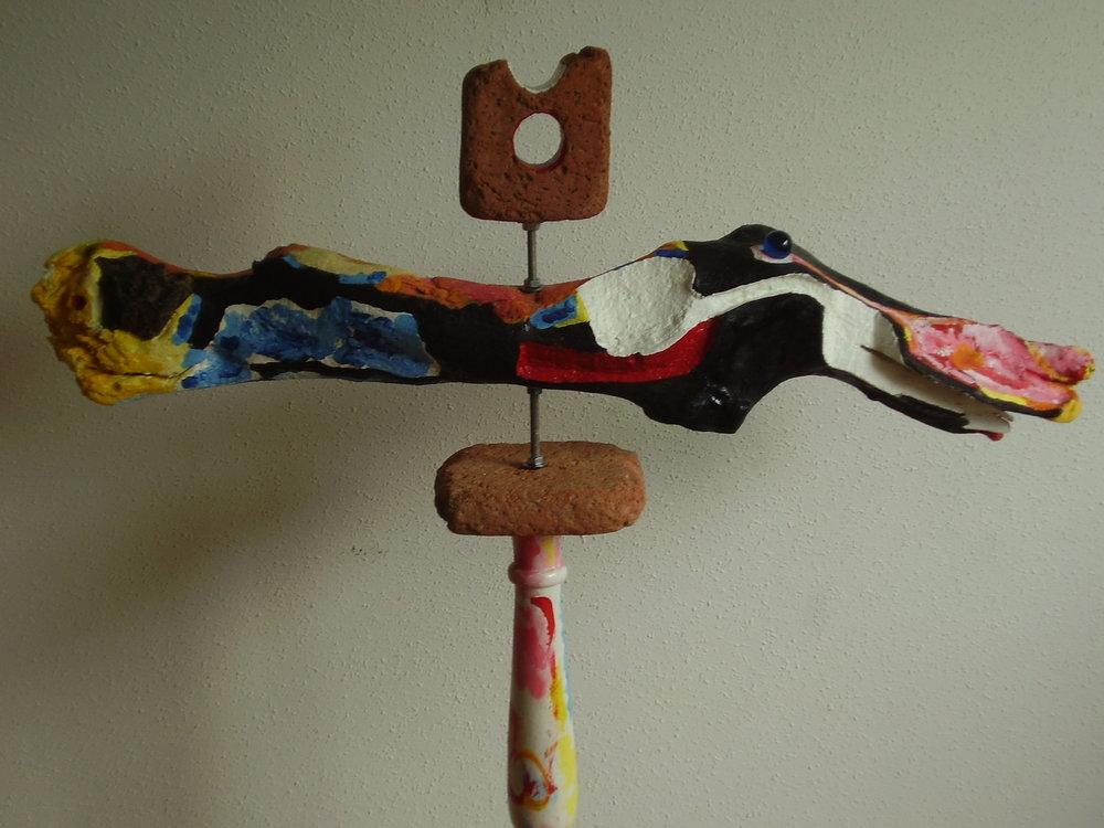 """Escultura compuesta de madera, arcilla cocida, acero y vidrio de colores, y con un doble guiño al """"uts"""" o vacío oteizano, 2018."""