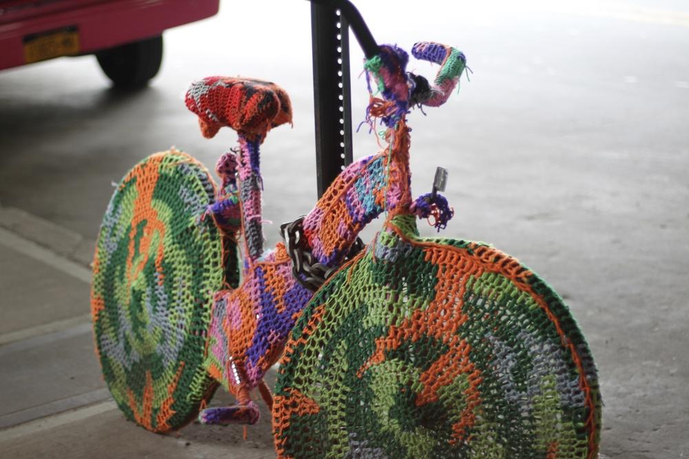 """Cykel med virkad """"dräkt"""" i många färger."""