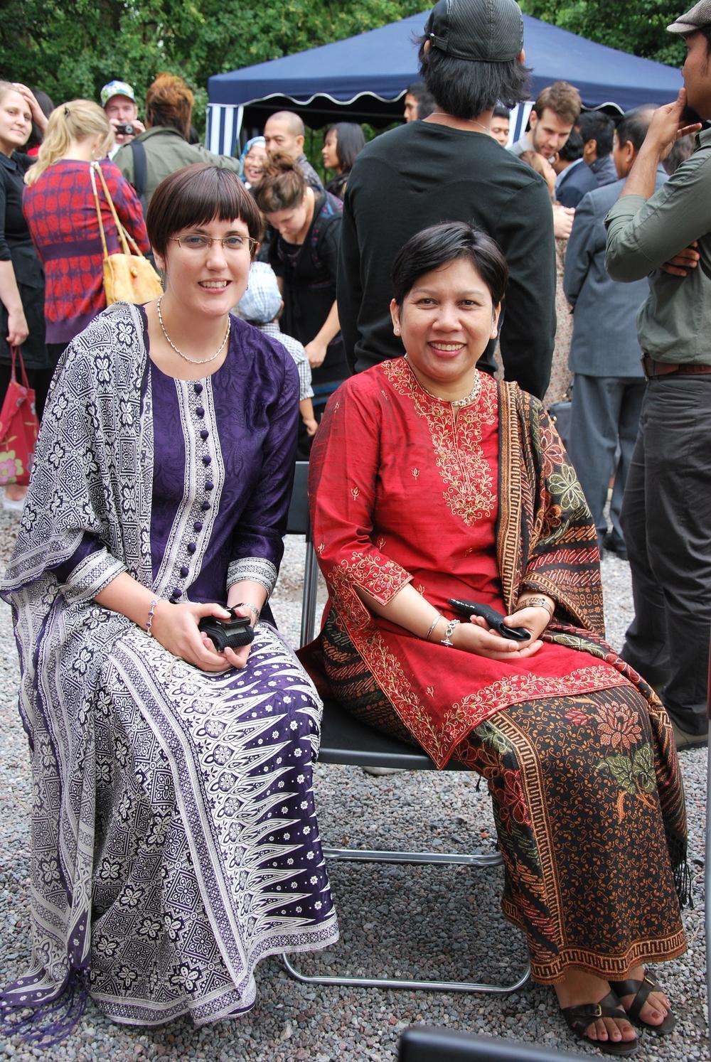 Åsa Gustafsson sitter bredvid sin chef på indonesiska ambassaden iklädd traditionella indonesiska kläder.