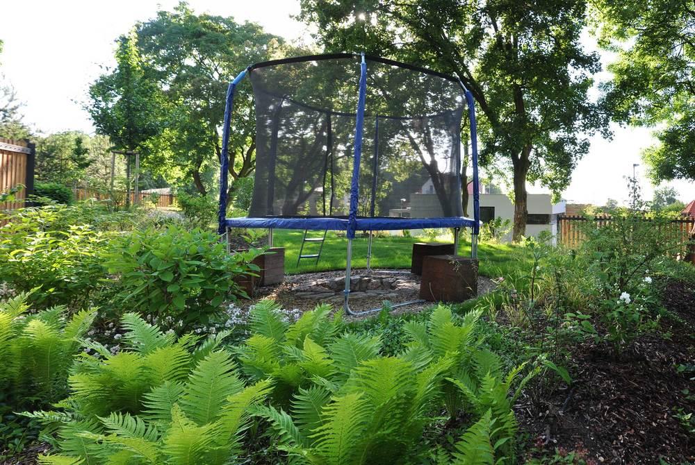 Rozložení prostoru a jeho využívání skýtá možnosti vrstvení. Ohniště pro opíkání špekáčků v letní podvečer může například přes den sloužit jako plocha pro trampolínu jako je to v zahradě v Kolodějích. (Zdroj: Tereza Mácová)
