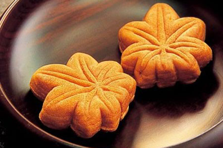 (This is what the standard Momiji Manju looks like)