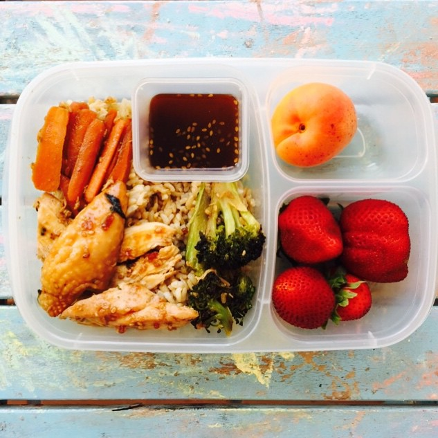 Teriyaki chicken bowls with brown rice,carrots and broccoli. Strawberries and apriums. Kids loved it for dinner, hopefully they will for #lunch too! #kidslunch #lunchbox