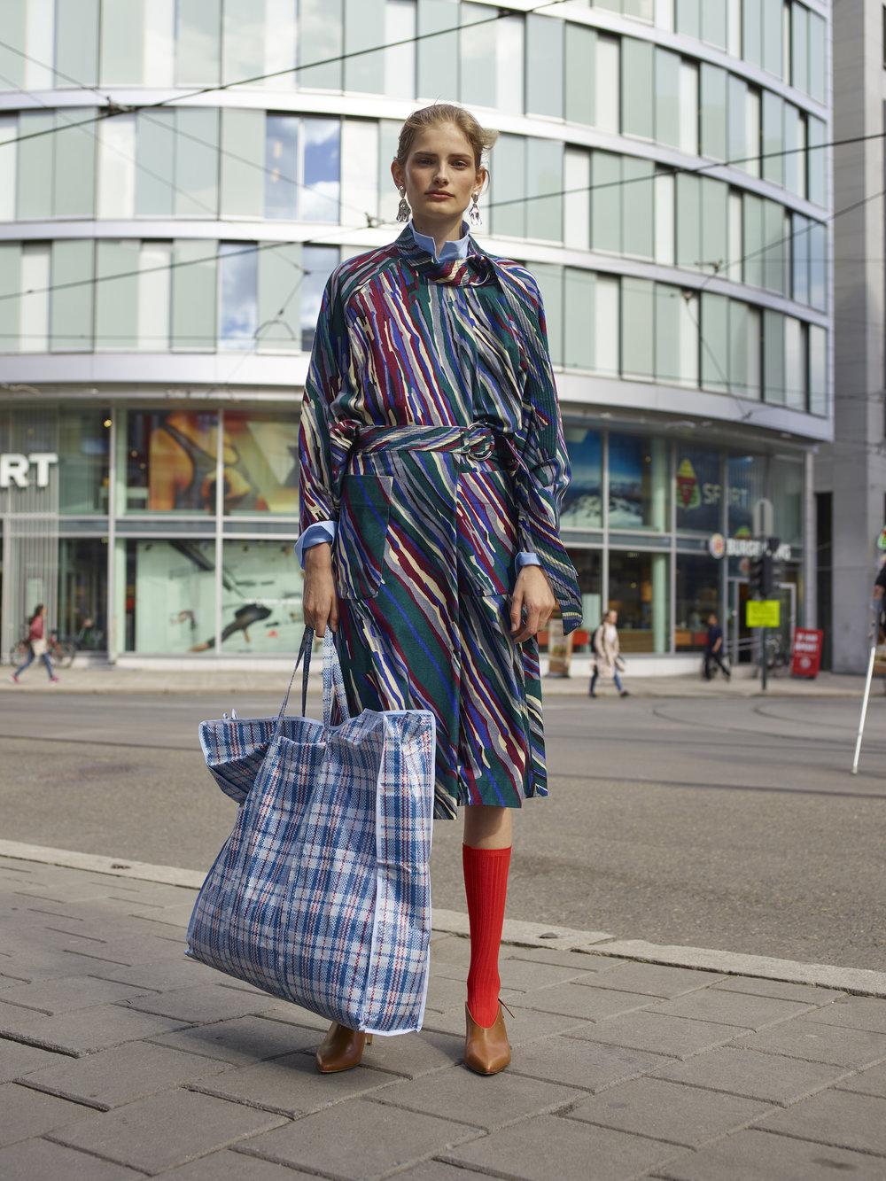 Skjorte - BY MALENE BIRGER Top - RODEBJER Skjørt - RODEBJER Strømper - MONKI Sko - A.T.P. Ørdobber - ANNIE BERNER