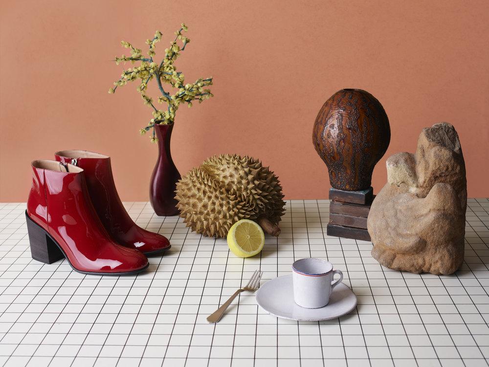 Støvletter: ACNE STUDIOS Kopp, asjett og gaffel: ASTIER DE VILATTE / Balzac Oslo Vase: Vintage / Rydeng Oslo Skulptur: Leif Rydeng