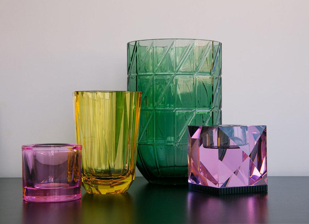 Liten telysholdar: IITTALA / NORWAY DESIGN Gul vase:: REFLECTIONS COPENHAGEN / ESKE INTERIØR Stor grøn vase: HAY. NORGE Lysholdar: REFLECTIONS COPENHAGEN / ESKE INTERIØR
