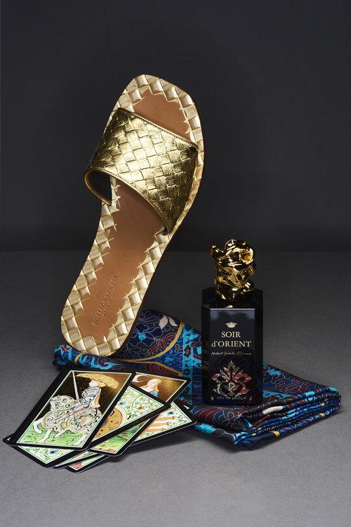 Sandal: Bottega Veneta Parfyme: Soir d'Orient frå Sisley Skjerf: Hermés
