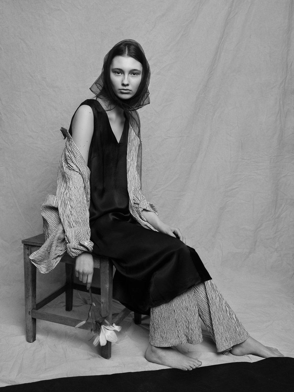 - Skjorte og bukse: MoiréKjole: GestuzSjal: Vintage