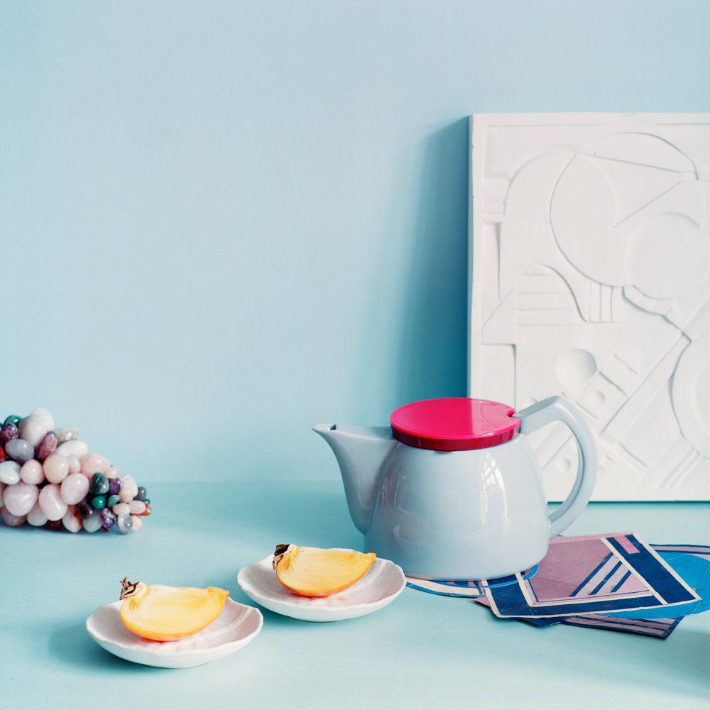 Sitron i teen. - Tekanne fra HayHvite keramikk asjetter fra Littleowl.euRelieff fra Philippe Baden