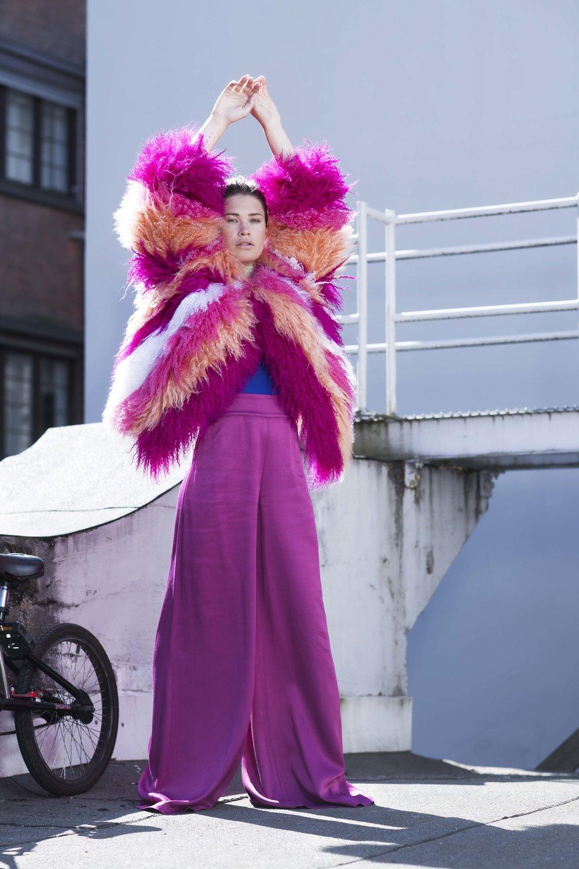 Jakke: FRANK REMME Badedrakt: H&M Bukse: Loanna Kourbela