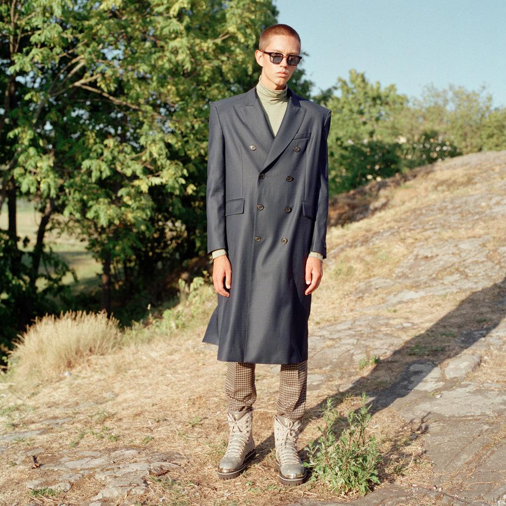 Frakk: Balenciaga / Luck Oslo Turtleneck: COS Bukser: T-Michael Boots: Louis Vuitton Solbriller: Thom Browne