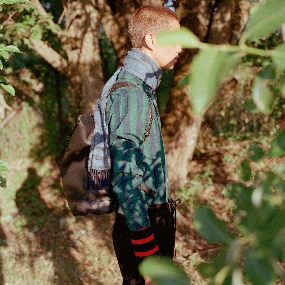 Sekk og skjerf: Louis Vuitton Pysjamas-skjorte: Nufferton / Luck Oslo Bukse: OFF-WHITE / YME Universe