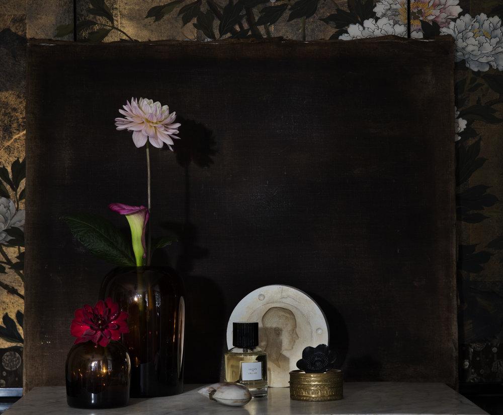 Parfyme fra Cire Trudon / Heaven Scent.  Amber-vaser fra Eske.  Sort blomster fra Lalique / Interiørgalleriet.