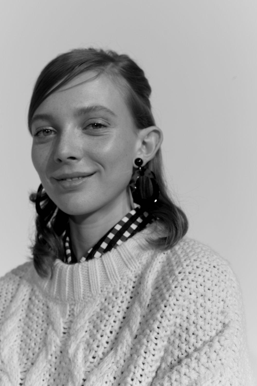 Skjorte: Marimekko Genser: Rodebjer Øreringer: Glitter