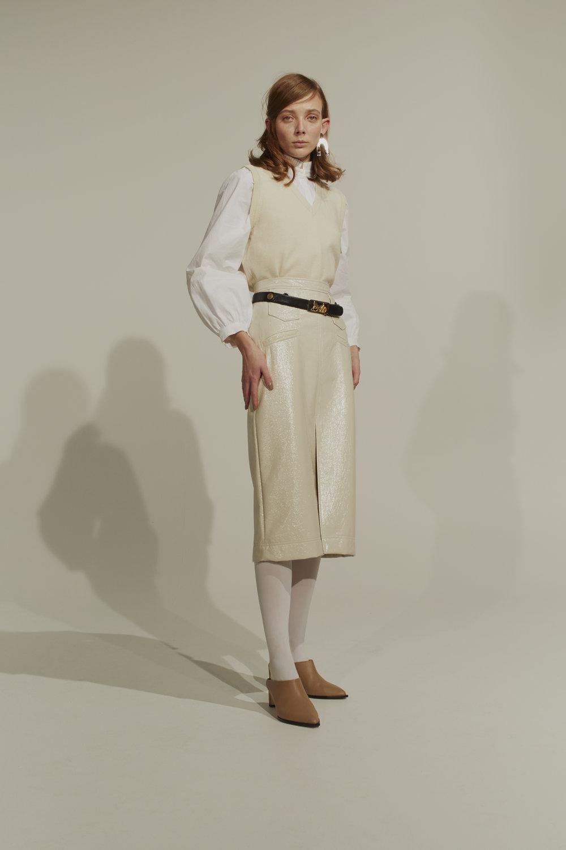 Skjorte: Postyr / Zalando Øreringer: Glitter Skjørt: Alexa Chung / YME Universe Belte: Vintage Céline / Ekko Shop