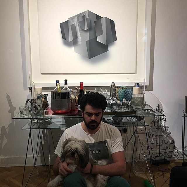 🧿En la baticueva 🧿🤟🏻🦹🏻‍♂️ having a nice art talk with Mr. Batman . Direct uv⚡️ pint on canvas 🧬non reflective glass✨ strong and solid wood frame👊🏼 @gerstlart #gerstl #gerstlart #geometricpoetry #art #nyc #madrid #bienbonitochico #megusta #bienelegantejuanandrestefelicito #hijoesotequedoespectacular #hijodeverdaddeverdadwao gracia ma @adrigerstl 🖼🤘🏼