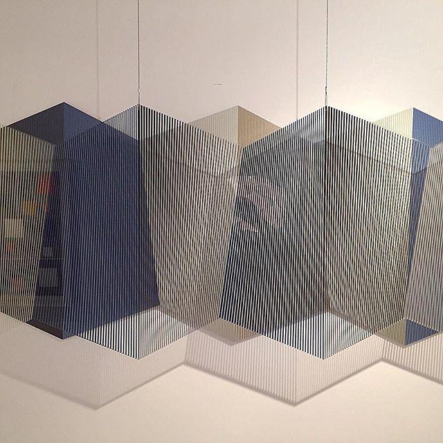 🤘🏼Hoy estudiando🚀 me encontre con Paul klee🗺 me acorde que alguna vez lei que 🔲🔳🔲◽️Jesus  Soto ⬜️◾️▫️◼️◾️▫️decia que en París de la década de los años 50, no se hablaba de geometría🔷 ni de constructivismo ni de abstracción ➿geométrica. En esa época interesaba la abstracción lírica o la pintura gestual👨🏽🎨. En una encuesta que se realizó en el mes de junio de 1950 sobre: ¿Cuál era el pintor más importante para los jóvenes artistas? La mayoría manifestó el interés por Kandinski y Klee. Tenían gran repercusión las pinturas y el libro de Kandinsky De lo espiritual 👻en el Arte (1912) mas de 100 años , así como las enseñanzas y las obras de Paul Klee. 🔛 un siglo depues ahora se hable de 🔷POESIA▫️GEOMETRICA🔹  Primera foto: @gerstlart  Segunda foto: zoom de la obra con reflejo del maestro jesus soto  Tercera foto: Jesus soto  Cuarta foto: paul klee  Quinta foto: kandinsky #gerstl #gerstlart #poesiageometrica #geometricpoetry #aprendiendoconlafanaticada #bienbonito #mmmmnosabia #untemaparamesa