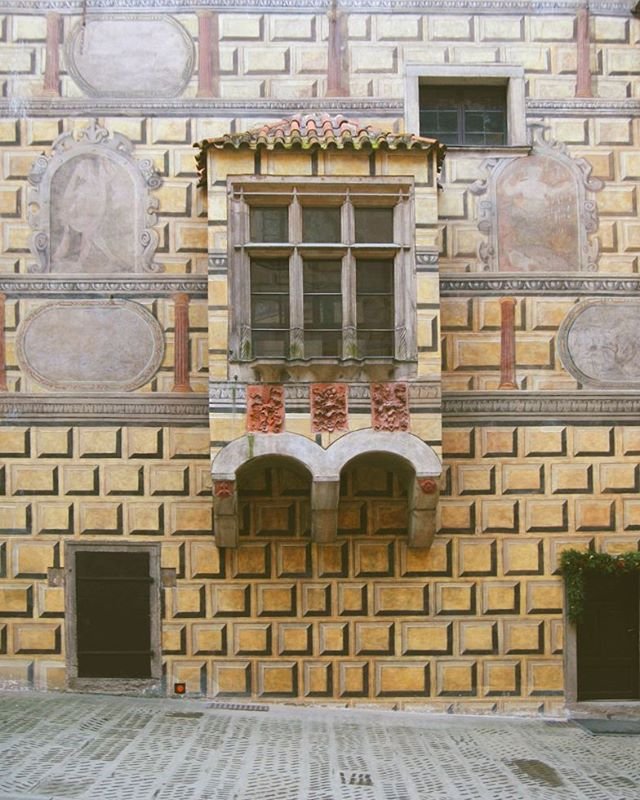 I am obsessed with the walls in the český Krumlov castle. they are painted on and they look so three dimensional!  Read more ➡ www.thosefancygems.com  #českýKrumlov #Český #czech #discovercz #czechrepublic #travel #bohemia #europe #travelgram #vltavariver #centraleurope