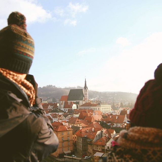 Stop and take in all of the atmosphere ✨ Read more ➡ www.thosefancygems.com  #followminandkiatto #českýKrumlov #czech #discovercz #czechrepublic #czechthisout #thosefancygems #igczech #travelgram #vltavariver #centraleurope #unescoworldheritage #unesco #oldtown #bohemia