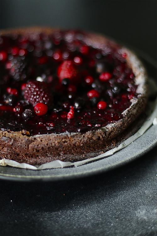 > Schneller Schokoladenkuchen mit frischem Beerentopping