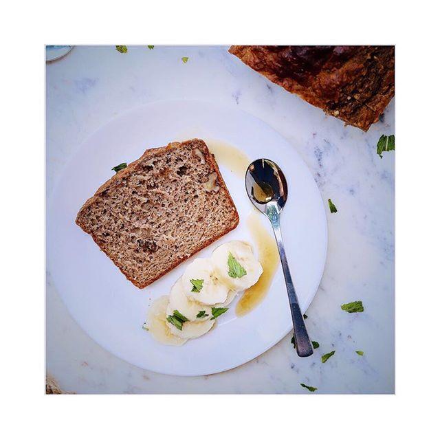Ein Stück Bananenbrot mit Chai & Walnüssen 🍌🍌🍌 Rezept bald auf dem Blog 🤙🏻 Was ist dein liebster Nachmittagssnack?