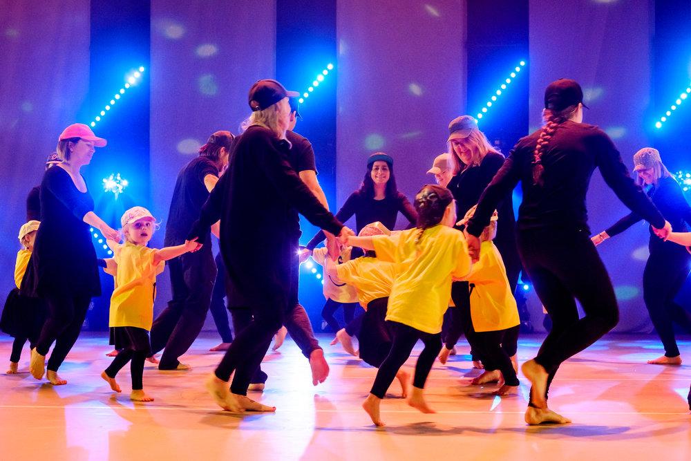 Foto: Tommy Johansen av partiet stor og liten 2-3 åringer under forestillingen 2017