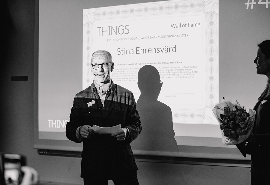 Pär Hedberg, THINGS' chairman of the board presenting the award.