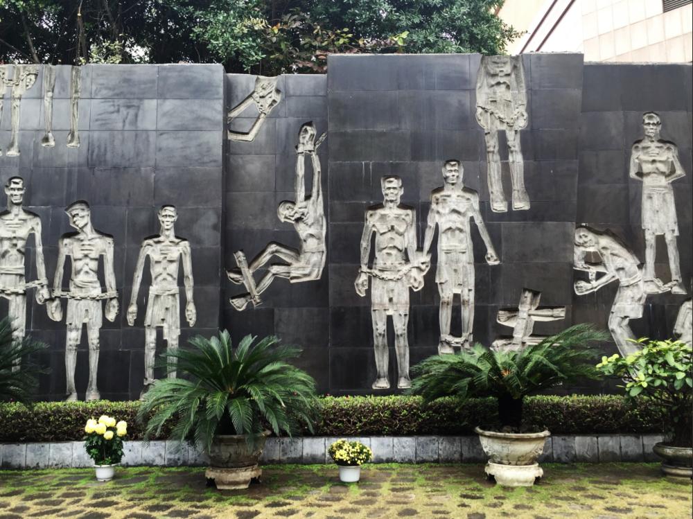 This relief depicts the Vietnamese civilians that were imprisoned at Hỏa Lò during French colonization.