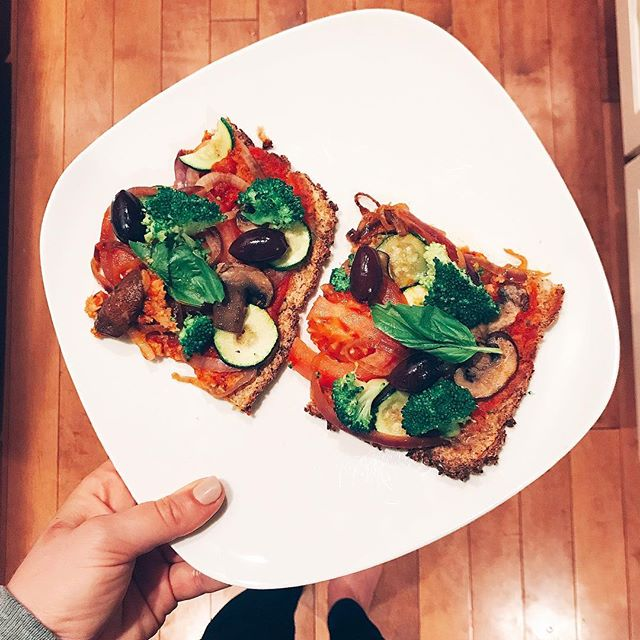 Plant-based never looked so good..thanks to this homemade cauliflower crust pizza. 🍅🍕🥗