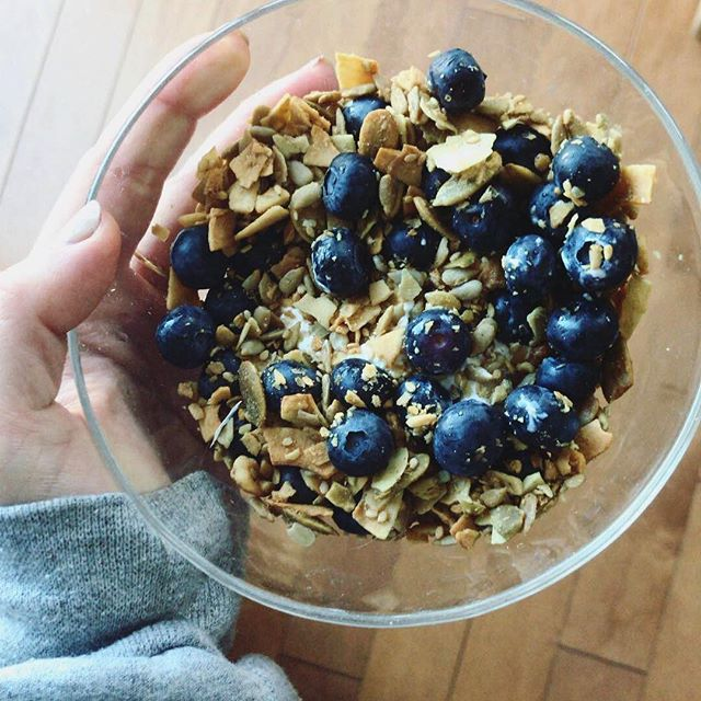 Loving this snack right now! Made with: 🥥 @coyo_is_coconuts yogurt (full of healthy fats and probiotics).🍇Blueberries (low glycemic, and full of antioxidants- remember to buy organic 😉). 🍁Paleo maple rawnola (made out of pumpkin and sunflower seeds, coconut flakes, nuts and cinnamon and maple syrup). 💥