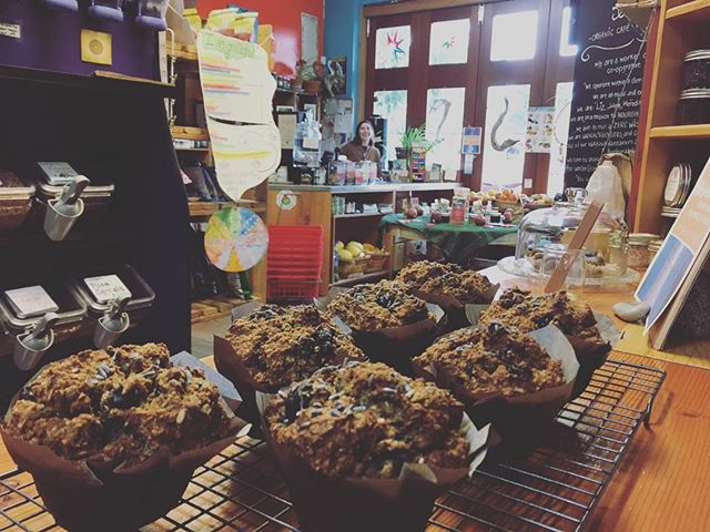 Liz is in da house! Fresh muffins for all! Just out of the oven and ready for you 💕