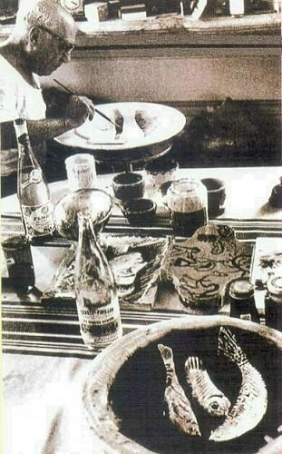 Picasso balıklı tabağa çalışırken