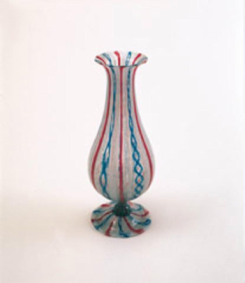 Kırmızı, beyaz, mavi renkte ve dikey çizgilerden oluşan çeşm-i bülbül vazo, yuvarlak kaideli, geniş karınlı dar boyunlu ve ağız dışa bükümlüdür. Y: 32 cm, Topkapı Sarayı