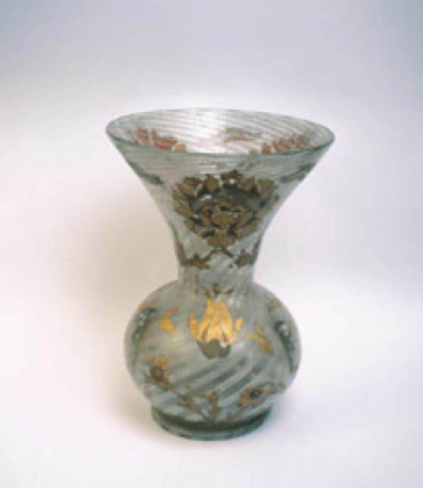 Helezoni beyaz çizgili çeşm-i bülbül kandil, Venedik işidir. Üzerindeki altın yaldızlı lale ve hatai desenler İstanbul'da yapılmıştır. Y:30 cm, Ç: 21 cm, Topkapı Sarayı Müzesi Koleksiyonu. Env. No: 34/467.