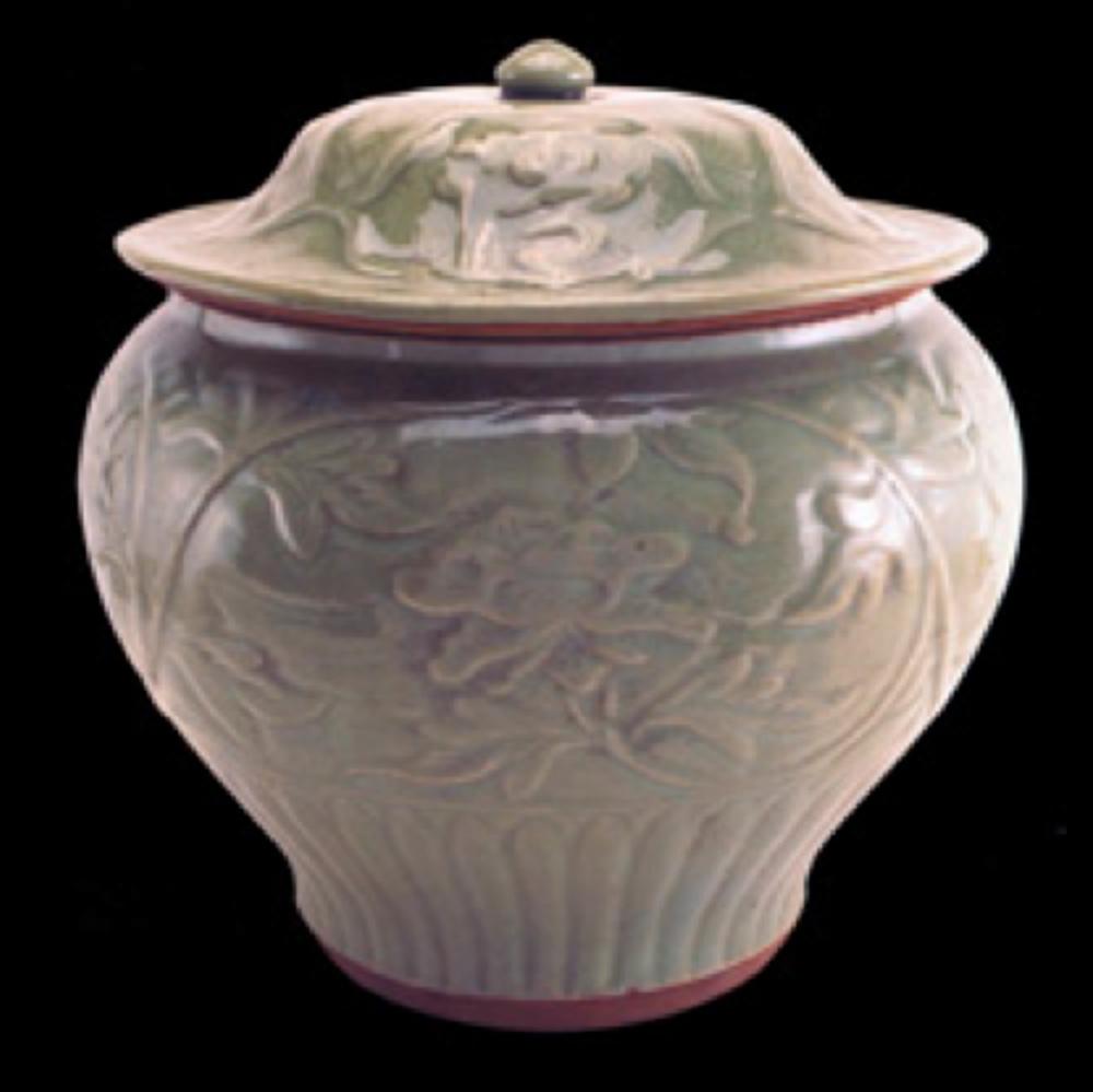 """Seladon guan kavanoz. Ming Hanedanlığı. 14.yüzyıl sonu 15.yüzyıl başı, Kendisine ait olmayan kapağında dört pano içinde Çin karakterinde yazılmış """"mei jiu qing xiang"""" (güzel kokulu mükemmel şarap) yazılı."""