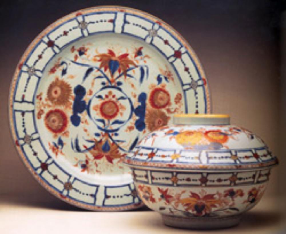1715-1730 yıllarına tarihlenen, klasik mimari renkleri ile krizantem ve sarı zambak desenli, Qing Hanedanlığı'na ait Çin İmarisi tabak ve kapaklı kase
