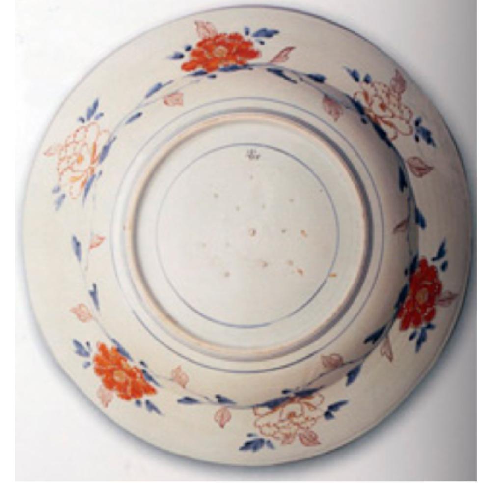 Saray koleksiyonunda bulunan Japon İmarisi bir tabağın dış yüzü. Dibindeki mahmuz izleri adı verilen fırınlama izleri. Çin porselenlerinde görülmediği için ayırıcı bir özelliktir.