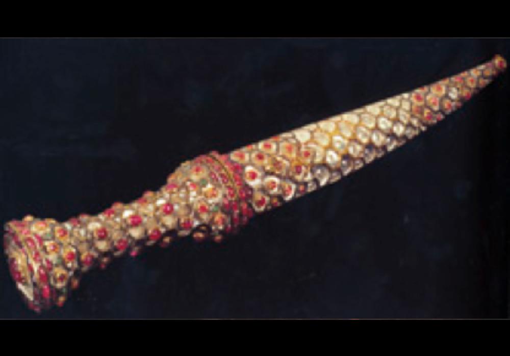 Mücevherli Necefli Hançer, 17.yy sonu, Mughal. Çelik, altın, necef, yakut, zümrüt. Uzunluk: 35 cm. TSM 2/166.