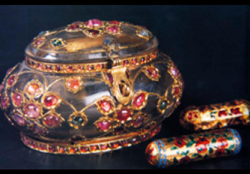 Sakal-ı Şerif Mahfazası, 18.yy sonu. Mughal (Hint-Türk). Necef, altın, yakut, zümrüt. Çap: 7 cm. TSM 2/481