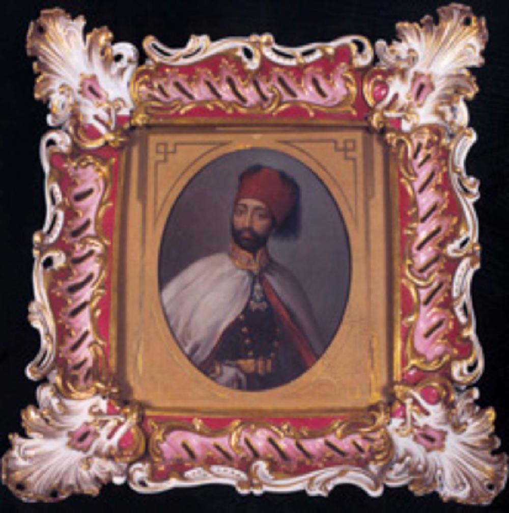 Yıldız porselen resim çerçevesi. H. 1323 imalat damgalı çerçevede yağlıboya Sultan II. Mahmud portresi bulunuyor.
