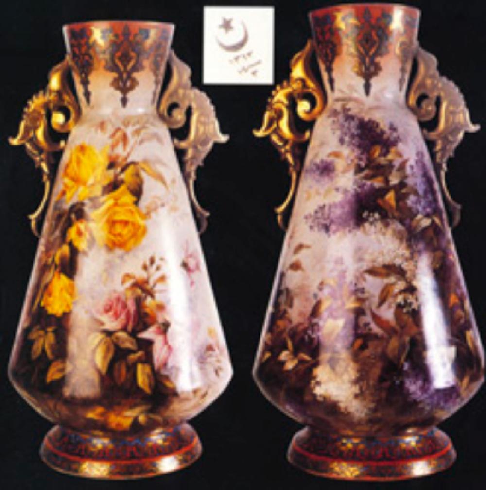 Yıldız porselen vazo. Kaide kısmında eski türkçe ile sene 3-1313 ayyıldız soğuk damgası bulunuyor. Gövde üzerinde bulunan çeşitli renklerdeki gül ve leylak desenleri Fransız usta A. Nicot tarafından resmedilmiş. (Antik A.Ş. Arşivi)