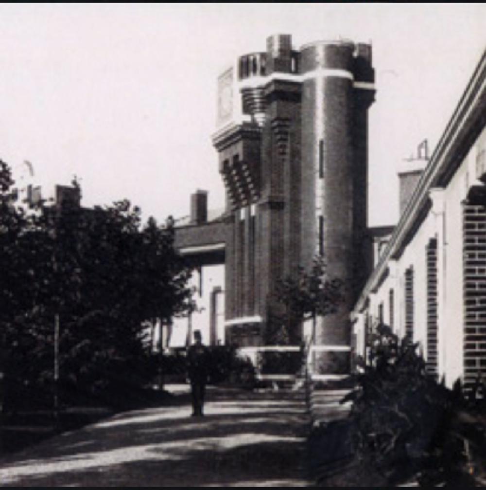 """""""Yıldız Fabrika-i Hümayunu""""nun kurulduğu yıllardaki görünümü. Kulenin üzerindeki Osmanlı Arması henüz yerinde durmaktadır. (Önder Küçükerman arşivi)"""