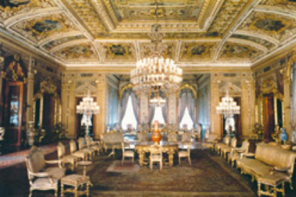 Yıldız Porselenlerinin en önemli ürünlerinin yer aldığı Dolmabahçe Sarayı Mavi Salon